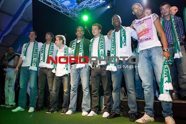 FBL 09/10 Werder Bremen 17.10.2009<br /> <br /> Nach dem Sieg gegen die TSG 1899 Hoffenheim, geht die Mannschaft geschlossen zum 974. Bremer Freimarkt ins Bayern-Zelt und feiert ausgelassen.<br /> <br /> Tim Borowski (GER Werder Bremen #6), Marcelo Moreno Martins (BOL/BRA Werder Bremen #39), Marko Marin (GER Werder Bremen #10), Claudio Pizarro (PER Werder Bremen #24), Phillip Bargfrede (GER Werder Bremen #44), Josť-Alex Ikeng (GER/CMR Werder Bremen #32), Naldo (BRA Werder Bremen #4), Markus Rosenberg (SWE Werder Bremen #9).<br /> <br /> Foto &copy; nph ( nordphoto ) *** Local Caption *** *** Local Caption *** <br /> Fotos sind ohne vorherigen schriftliche Zustimmung ausschliesslich fŁr redaktionelle Publikationszwecke zu verwenden.<br /> <br /> Auf Anfrage in hoeherer Qualitaet/Aufloesung