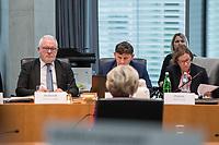 38. Sitzung des Unterausschusses des Verteidigungsausschusses des Deutschen Bundestag als 1. Untersuchungsausschuss am Donnerstag den 13. Februar 2020.<br /> In dem Untersuchungsausschuss soll auf Antrag der Fraktionen von FDP, Linkspartei und Buendnis 90/Die Gruenen der Umgang mit externer Beratung und Unterstuetzung im Geschaeftsbereich des Bundesministeriums fuer Verteidigung aufgeklaert werden. Anlass der Untersuchung sind Berichte des Bundesrechnungshofs ueber Rechts- und Regelverstoesse im Zusammenhang mit der Nutzung derartiger Leistungen.<br /> Einziger Tagesordnungspunkt war die Konstituierung des Unterausschusses als Untersuchungsausschuss.<br /> Als Zeugin war die ehemalige Verteidigungsministerin Ursula von der Leyen geladen. Die Zeugin weigerte sich in Anwesenheit von Foto- und TV-Journalisten den Sitzungssaal zu betreten. Die Journalisten mussten auf Anweisung des Ausschussvorsitzenden Hellmich den Saal verlassen.<br /> Im Bild: Der Ausschussvorsitzende Wolfgang Hellmich, SPD, (links im Bild) und die ehemalige Verteidigungsministerin (im Bild von hinten).<br /> 13.2.2020, Berlin<br /> Copyright: Christian-Ditsch.de<br /> [NUR FUER REDAKTIONELLE ZWECKE! Werbung nur auf Anfrage beim Fotografen. Inhaltsveraendernde Manipulation des Fotos nur nach ausdruecklicher Genehmigung des Fotografen. Vereinbarungen ueber Abtretung von Persoenlichkeitsrechten/Model Release der abgebildeten Person/Personen liegen nicht vor. NO MODEL RELEASE! Don't publish without copyright Christian-Ditsch.de, Veroeffentlichung nur mit Fotografennennung, sowie gegen Honorar, MwSt. und Beleg. Konto: I N G - D i B a, IBAN DE58500105175400192269, BIC INGDDEFFXXX, Kontakt: post@christian-ditsch.de<br /> Bei der Bearbeitung der Dateiinformationen darf die Urheberkennzeichnung in den EXIF- und  IPTC-Daten nicht entfernt werden, diese sind in digitalen Medien nach §95c UrhG rechtlich geschuetzt. Der Urhebervermerk wird gemaess §13 UrhG verlangt.]