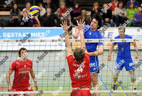 11-12-17 / Volleybal / seizoen 2011-2012 / Puurs - Halen / Heyrman (Puurs) tegenover Goverde..Foto: Mpics.be