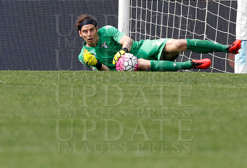 Calcio, Serie A: Lazio vs Roma. Roma, stadio Olimpico, 3 aprile 2016.<br /> Lazio&rsquo;s goalkeeper Federico Marchetti holds the ball during the Italian Serie A football match between Lazio and Roma at Rome's Olympic stadium, 3 April 2016.<br /> UPDATE IMAGES PRESS/Riccardo De Luca