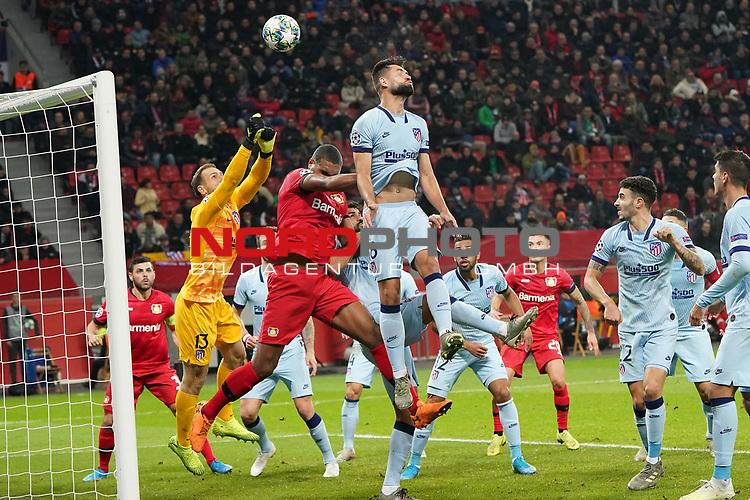 06.11.2019, BayArena, Leverkusen, Championsleague, Vorrunde, 4. Spieltag, GER, UEFA  CL, Bayer 04 Leverkusen (GER) vs. Atletiko Madrid (ESP),<br />  <br /> UEFA regulations prohibit any use of photographs as image sequences and/or quasi-video<br /> <br /> im Bild / picture shows: <br /> Jan Oblak Torwart (Atletico Madrid #13),  wehrt die Ecke ab.. <br /> <br /> Foto © nordphoto / Meuter<br /> <br /> <br /> <br /> Foto © nordphoto / Meuter