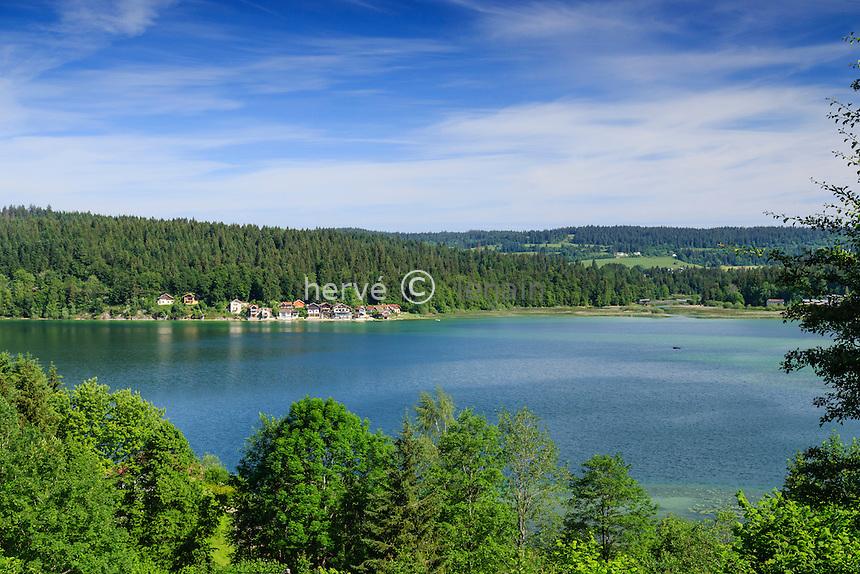 France, Doubs (25), Les Grangettes et Montperreux, lac de Saint-Point, et les petites maisons de Port Titi // France, Doubs, Les Grangettes and Montperreux, Saint-Point lake, and the small houses of Port Titi