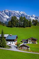 Austria, Salzburger Land, Pinzgau, farmhouse near Dienten with Hochkoenig mountains | Oesterreich, Salzburger Land, Pinzgau, Bauernhof bei Dienten vorm Hochkoenig (2.941 m)