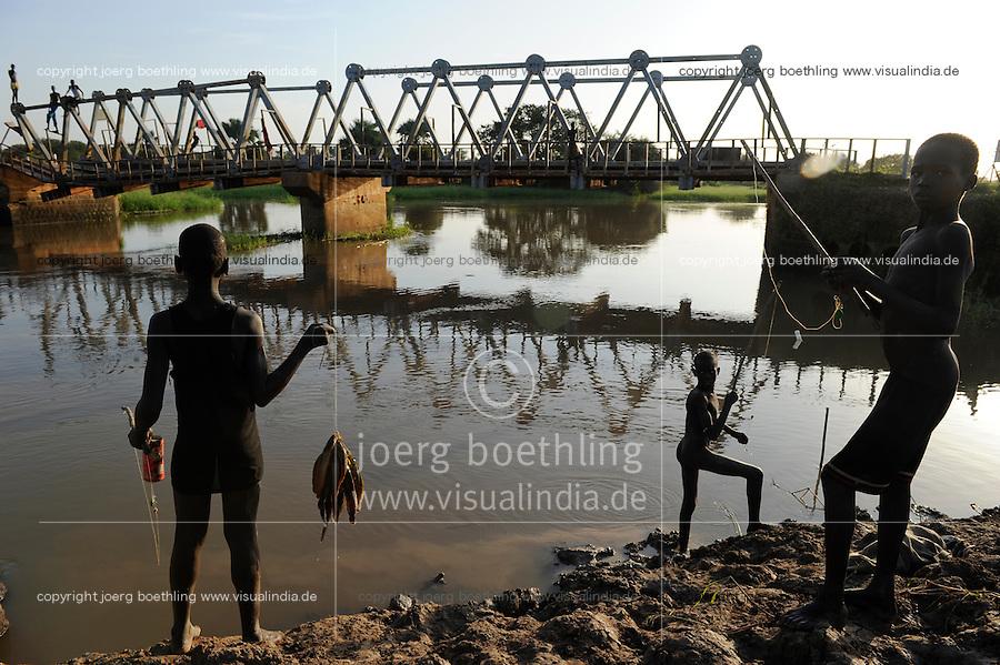 SUED-SUDAN  Bahr el Ghazal region , Lakes State, durch Krieg zerstoerte Bamam Bruecke / SOUTH SUDAN  Bahr al Ghazal region , Lakes State, children fishing at Bamam bridge