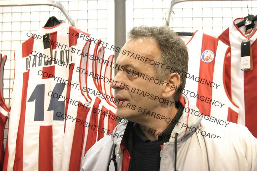 SPORT KOSARKA CRVENA ZVEZDA&amp;#xA;Trener kosarkasa Crvene Zvezde Zmago Sagadin  na promociji retro dresova kosarkaskog kluba, 5.12.2003. foto: Pedja Milosavljevic Glas Javnosti<br />