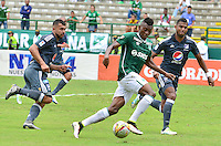 CALI -COLOMBIA-17-04-2016. Mateo Casierra (C) del Deportivo Cali disputa el balón con Andres Cadavid (Izq) y Carlos Henao (Der) de Millonarios durante partido por la fecha 13 de la Liga Águila I 2016 jugado en el estadio Palmaseca de Cali./ Mateo Casierra (C) player of Deportivo Cali fights for the ball with Andres Cadavid (L) and Carlos Henao (R) players of Millonarios during match for the date 13 of the Aguila League I 2016 played at Palmaseca stadium in Cali. Photo: VizzorImage/ NR / Cont