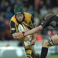 2005/06 Guinness Premiership Rugby, Saracens vs Northampton Saints, Sam Harding, goes low in an attempt to break through the tackle. Vicarage Road, Watford, ENGLAND:     05.11.2005   © Peter Spurrier/Intersport Images - email images@intersport-images..