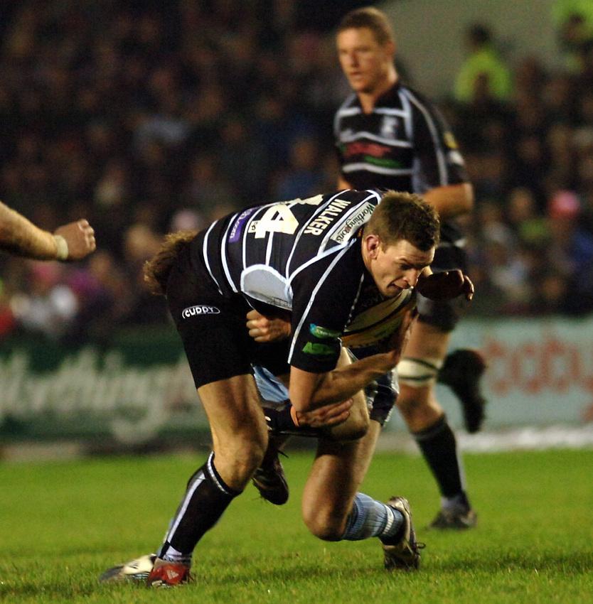 Photo: James Davies..Cardiff Blues v Ospreys. Magners Celtic League. 23/12/2006..Nikki Walker of Ospreys attacks.