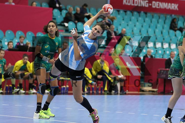 Kolding (DK), 010.12.15, Sport, Handball, 22th Women's Handball World Championship, Vorrunde, Gruppe C, Argentinien-Brasilien : Antonela Mena (Argentinien, #15) , Ana Belo (Brasilien, #09)<br /> <br /> Foto &copy; PIX-Sportfotos *** Foto ist honorarpflichtig! *** Auf Anfrage in hoeherer Qualitaet/Aufloesung. Belegexemplar erbeten. Veroeffentlichung ausschliesslich fuer journalistisch-publizistische Zwecke. For editorial use only.