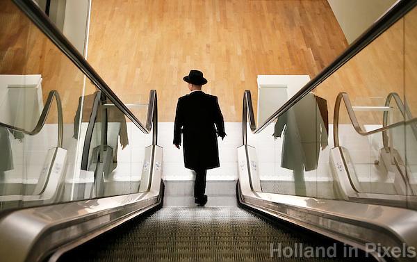 Nederland Amsterdam 2016 02 27. Ma met hoed in de Openbare Bibliotheek aan het Oosterdok. Foto Berlinda van Dam / Hollandse Hoogte