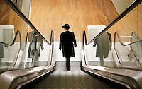 Nederland Amsterdam 2016 02 27. Man met hoed op roltrap.  Foto Berlinda van Dam / Hollandse Hoogte