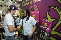 SAO PAULO, SP, 08 DE MAIO DE 2013. APAS 2013 - FEIRAS APAS 2013 - O lutador do UFC, Demian Maia e Rohan Marley se encontram no  stand da GlobalBev na Apas 2013 - Congresso e Feira de Negócios em Supermercados no Expo Center Norte. FOTO ADRIANA SPACA/BRAZIL PHOTO PRESS