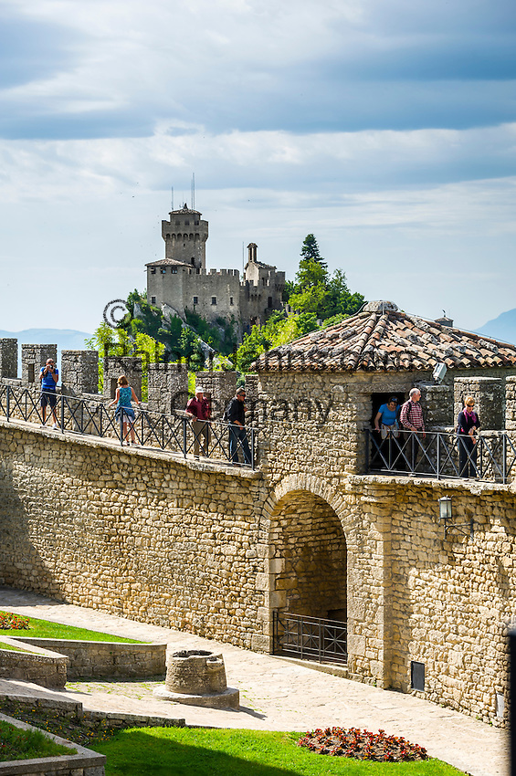 Republic of San Marino, San Marino City: view from fortress Guaita on top of Monte Titano towards 2nd fortress La Cesta o Fratta | Republik San Marino, San Marino Stadt: Blick von der Festung La Guaita auf dem Monte Titano zum 2. Turm La Cesta o Fratta