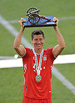 27.06.2020, Fussball: nph00001 1. Bundesliga 2019/2020, 34. Spieltag, VfL Wolfsburg - FC Bayern Muenchen, in der Volkswagen-Arena Wolfsburg. Siegerehrung nach dem Spiel: Der FC Bayern MŸnchen feiert den Gewinn der 30. Deutschen Meisterschaft. Robert Lewandowski (Bayern MŸnchen) wird als bester TorschŸtze mit der TorjŠgerkanone ausgezeichnet<br /><br />Foto: Bernd Feil/M.i.S./ /Pool/nordphoto<br /><br />Nur fŸr journalistische Zwecke! Only for editorial use! <br /><br />GemŠ§ den Vorgaben der DFL Deutsche Fussball: nph00001 Liga ist es untersagt, in dem Stadion und/oder vom Spiel angefertigte Fotoaufnahmen in Form von Sequenzbildern und/oder videoŠhnlichen Fotostrecken zu verwerten bzw. verwerten zu lassen. DFL regulations prohibit any use of photographs as image sequences and/or quasi-video.    <br /><br />National and international NewsAgencies OUT.