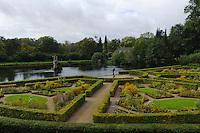 Garten vor Globus im Schloss Gottorf, Schleswig-Holstein, Deutschland