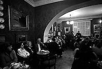 Roma 1985.La sala interna del Antico Caffè Greco in via Condotti, fondato nel 1760.