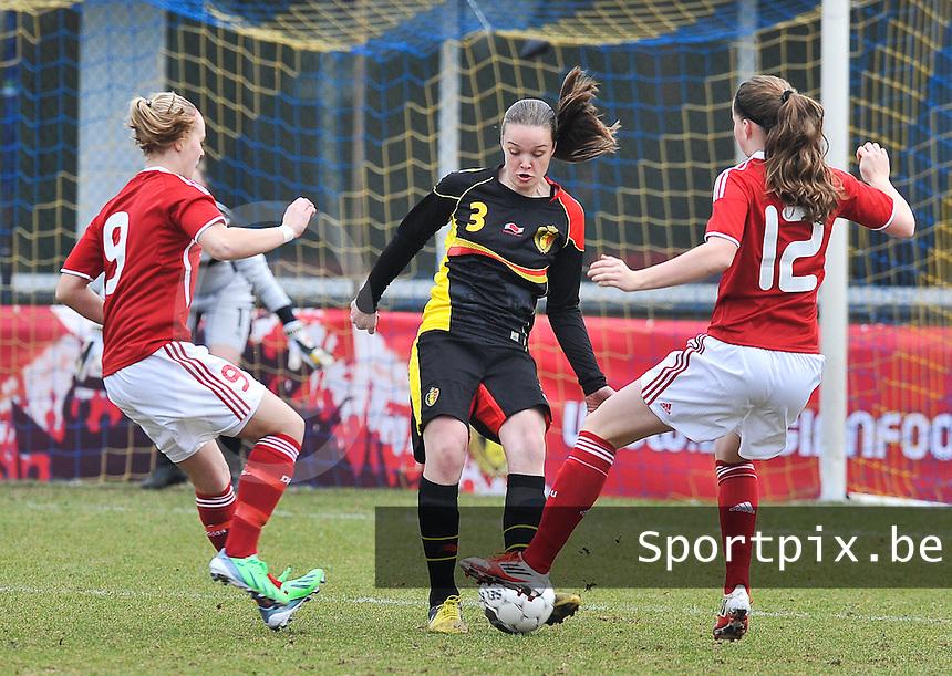 Denmark U17 - Belgium U17 : Tine De Caigny aan de bal voor haar tegenstandsters Sarah Hansen (links) en Nicoline Sorensen (rechts).foto DAVID CATRY / Vrouwenteam.be
