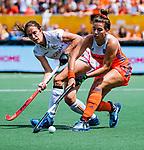 Den Bosch  - Frederique Matla (Ned) met Judith Vandermeiren (Belgie)     tijdens  de Pro League hockeywedstrijd dames, Nederland-Belgie (2-0).    COPYRIGHT KOEN SUYK