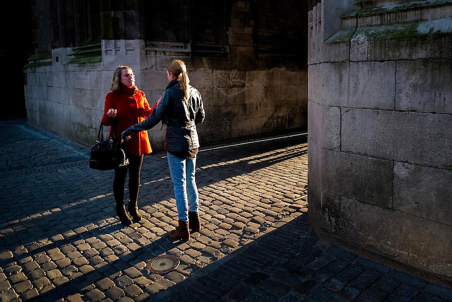 Nederland, Utrecht, 5 maart 2014<br /> Twee jonge mensen maken een praatje op straat in het licht van de winterzon.  <br /> Foto(c): Michiel Wijnbergh