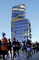 Nederland Amsterdam. De jaarlijkse Zuidas Run tussen de kantoren aan de Zuidas. De run wordt voor het eerst 's avonds gelopen.  Op de achtergrond het nieuwe kantoor van NautaDutilh. Foto Berlinda van Dam / Hollandse Hoogte