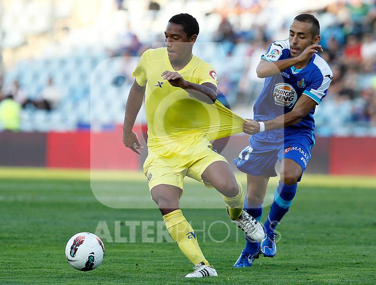 Getafe's Diego Castro (r) and Villareal's Jonathan De Guzman during La Liga match.October 15,2011. (ALTERPHOTOS/Acero)