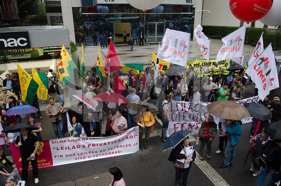SÃO PAULO, SP, 03 DE OUTUBRO DE 2013 - PROTESTO PETROBRAS SAO PAULO - Funcionários da Petrobrás e frentes sindicais realizam protesto em frente ao escritório da empresa, na Avenida Paulista, no fim da tarde desta quinta feira, 03, região central. Os manifestnates reivindicam a suspensão do leilão do campo de Libra, no pré-sal. FOTO: ALEXANDRE MOREIRA / BRAZIL PHOTO PRESS