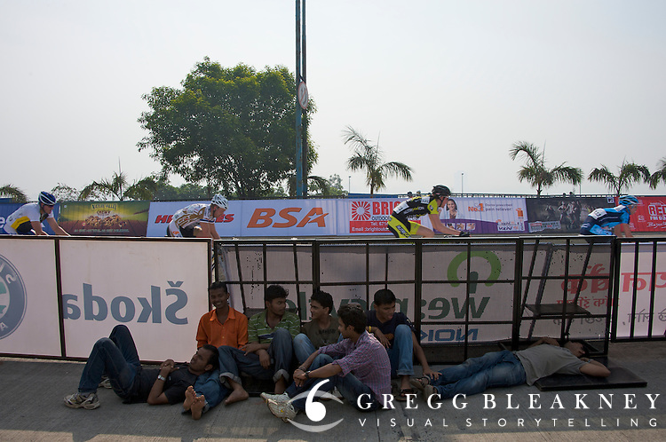 Young fans take a rest in the shade from the midday heat on a quiet stretch of the  UCI course - 2010 Tour of Mumbai Cyclothon - India