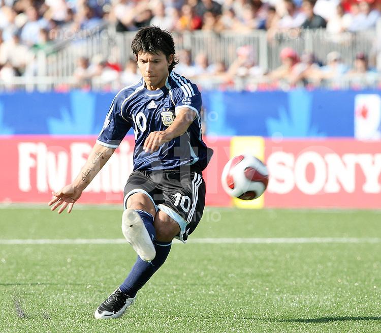 Fussball International U 20 WM  Achtelfinale Argentinien - Polen Sergio AGUERO (ARG) am Ball