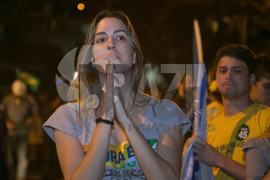 BELO HORIZONTE, MG, 26.10.2014 – ELEIÇÕES 2014 – AÉCIO NEVES - Militantes e apoiadores do senador Aceio Neves, na zona sul de Belo Horizonte, na  noite deste Domingo (26) (Foto: MARCOS FIALHO / BRAZIL PHOTO PRESS)