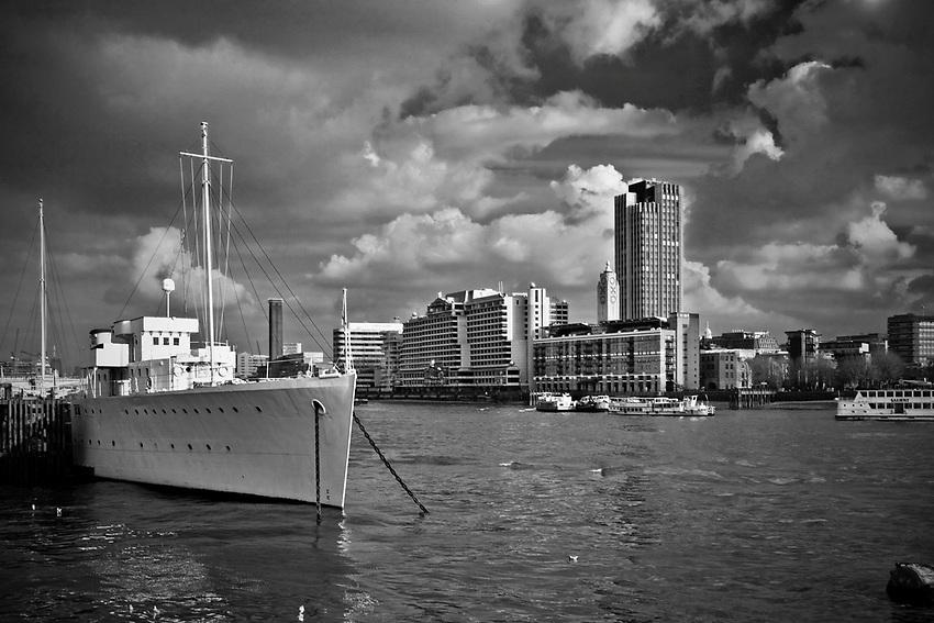 Londyn, 2009-03-05. Panorama miasta z nad brzegów Tamizy