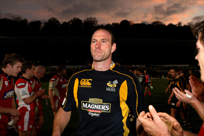 Photo: Richard Lane/Richard Lane Photography..London Wasps v Gloucester Rugby. EDF Energy Cup. 04/11/2007. .Wasps' Lawrence Dallaglio leads his team off the field.