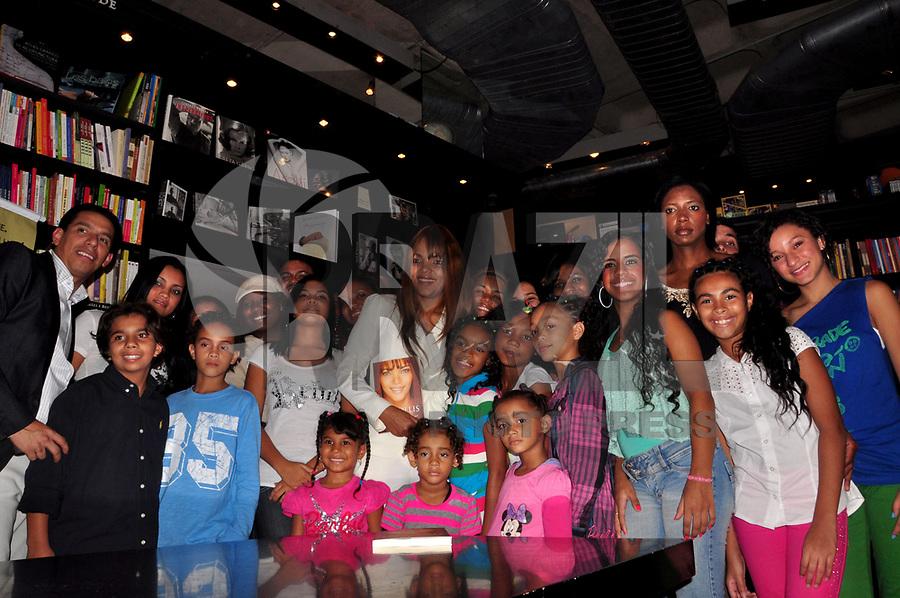 """RIO DE JANEIRO, 05 DE ABRIL DE 2011 - LANÇAMENTO DO LIVRO FLORDELIZ - A autora Flor de Liz e filhos no lançamento na noite de ontem (04), do livro """"Flordeliz"""", da autora Flor de Liz na livraria da Travessa, Leblon, Zona Sul do Rio.  (FOTO: STÉPHANIE SARAMAGO/NEWS FREE)"""