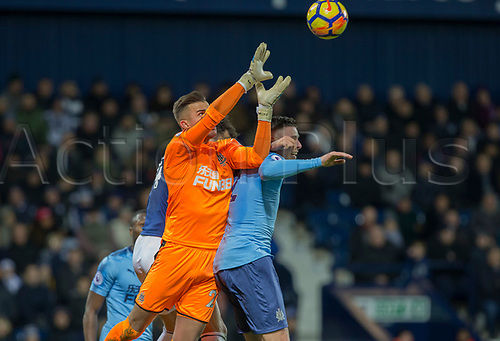 28th November 2017, The Hawthorns, West Bromwich, England; EPL Premier League football, West Bromwich Albion versus Newcastle United; Newcastle United goalkeeper Karl Darlow misses a catch as Ciaran Clark of Newcastle United and Hal Robson Kanu of West Bromwich Albion comes in for the header