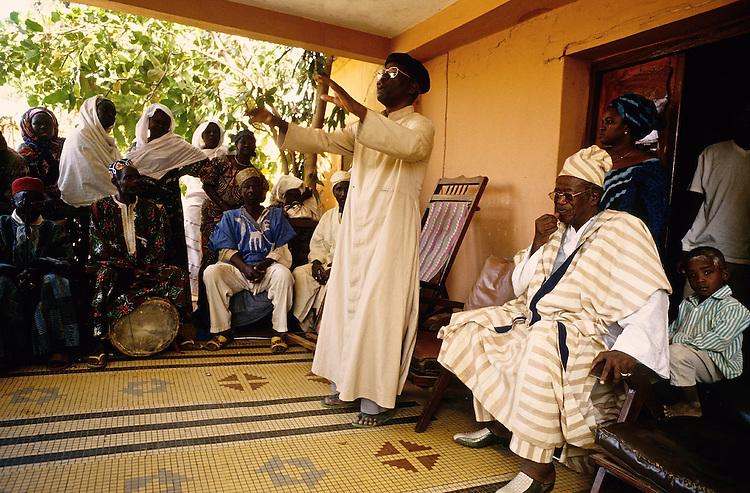 Enthronement of the king of Bariba. Father Chambi&eacute;ni tells about the kings life.<br />  <br /> Intronisation du roi des Bariba: Le p&egrave;re Chambi&eacute;ni raconte la vie du roi, El Hadji Immoro Al Assane.