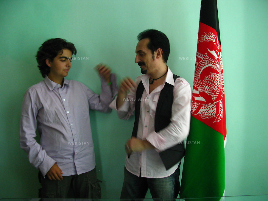 "AFGHANISTAN - KABOUL - 19 aout 2009 : Bureau de l'association Koucheh (""la ruelle"") de Farhad Darya, chanteur americano-afghan. .Delazad Deghati et Farhad Darya avant l'enregistrement d'un message de paix et d'unite nationale. ..AFGHANISTAN - KABUL - August 19th, 2009 : At the offices of Koucheh (""the alley""), the organization of popular Afghan-American singer Farhad Darya. .Delazad Deghati and Farhad Darya before Darya records his message of peace and national unity."