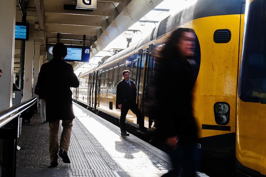Nederland, Amsterdam, 30 april 2015<br /> NS-station Amsterdam Zuid. Passagiers lopen op perron langs een trein. <br /> <br /> Foto: Michiel Wijnbergh