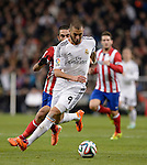Real Madrid's French forward Karim Benzema (L) vies with Atletico Madrid's Turkish midfielder Arda Turan during the Spanish Copa del Rey (King's Cup) semifinal first-leg football match Real Madrid CF vs Club Atletico de Madrid at the Santiago Bernabeu stadium in Madrid on February 5, 2014.   PHOTOCALL3000/ DP