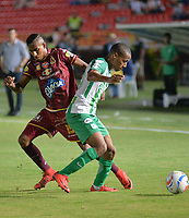 IBAGUÉ- COLOMBIA, 04-02-2018: Sebastian Villa (Izq) jugador del Deportes Tolima  disputa el balón con el Atlético Nacional  durante el partido entre el Deportes Tolima  y Atlético Nacional   por la fecha 1 de la Liga Águila II 2018 jugado en el estadio Manuel Murillo Toro . / Sebastian Villa (L) player of Deportes Tolima vies for the ball with  Atletico Nacional  during match between Deportes Tolima  and Atletico Nacional   for the date 1 of the Aguila League I 2018 played at Manuel Murillo Toro stadium. Photo: VizzorImage/ Juan Carlos Escobar / Contribuidor