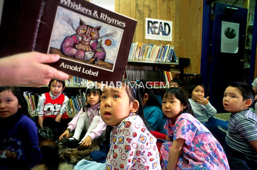 Crianças em escola em Barrow. Alasca. 2001. Foto de Luciana Whitaker.