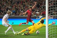 LISBOA, PORTUGAL, 29 DE MARÇO 2015 - QUAL. UEFA EURO 2016 - PORTUGAL X SÉRVIA -  Jogador Fábio Coentrão (c) chuta para o segundo golo de Portugal durante jogo de qualificação para o Europeu de futebol entre Portugal X Sérvia, no Estádio da Luz, em Lisboa, Portugal. (Foto: Bruno de Carvalho - Brazil Photo Press)