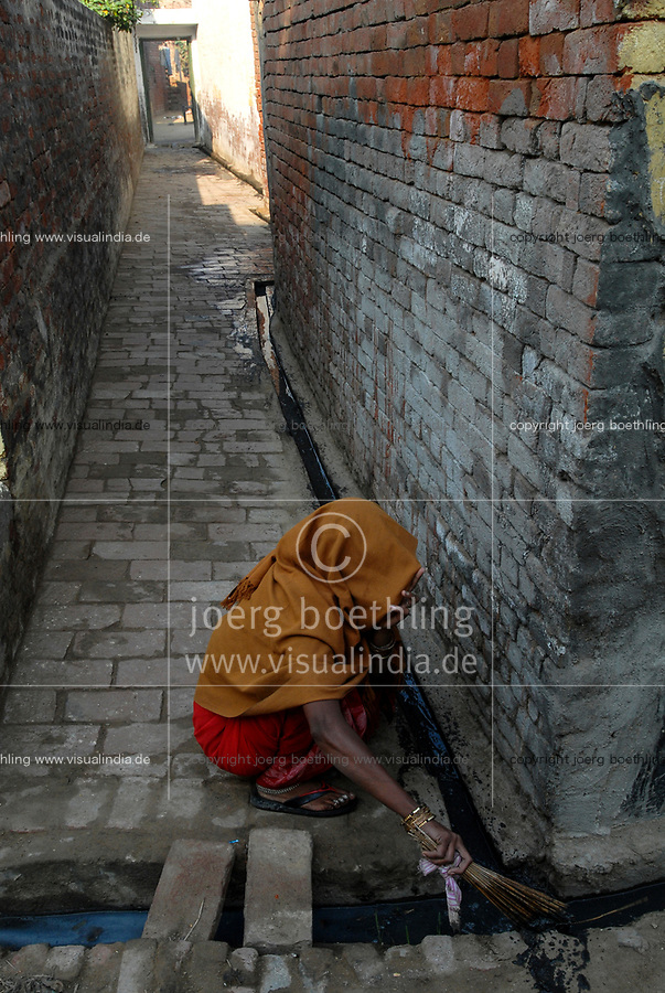 India UP Meerut , dalit woman clean pit latrine and sewage canal for higher caste households in village Kurali  / INDIEN U.P. Meerut, Kastensystem, Dalit Frau reinigt Toiletten und Abwasserkanal fuer hoeherkastige Haushalte  im Dorf Kurali -