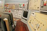 Kontrollzentrum mit Schaltpult und Kontrollmonitoren / Control compartment, Missile launch control panels;