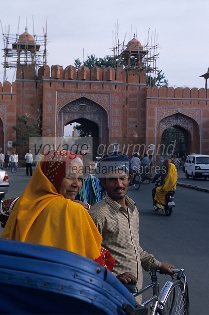 Asie/Inde/Rajasthan/Jaipur : Rickshaw près de la porte Ajmere la plus vieille porte de la ville