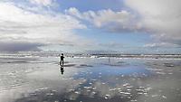 Nederland - Camperduin - 2019 .  Visser op het strand tussen Camperduin en Hargen.  Foto mag niet in negatieve / schadelijke context gepubliceerd worden.  Foto Berlinda van Dam / Hollandse Hoogte
