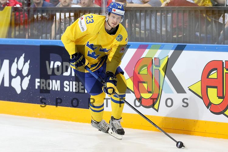 Schwedens Ekman-Larsson, Oliver (Nr.23) mit Puck im Spiel IIHF WC15 Schweiz vs. Schweden.<br /> <br /> Foto &copy; P-I-X.org *** Foto ist honorarpflichtig! *** Auf Anfrage in hoeherer Qualitaet/Aufloesung. Belegexemplar erbeten. Veroeffentlichung ausschliesslich fuer journalistisch-publizistische Zwecke. For editorial use only.