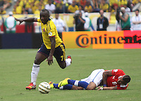BARRANQUILLA -COLOMBIA- 11 -10-2013. Pablo Armero (Izq) de Colombia disputa el balon  contra  Arturo Vidal   (Der) de  Chile ,partido correspondiente para las eliminatorias al mundial de Brasil 2014 disputado en el estadio Metropolitano de Barranquilla   / Colombia Pablo Armero  (L) dispute the ball against Arturo Vidal  (R)  Chile for the qualifying game for the World Cup Brazil 2014 match at the Metropolitano stadium in Barranquilla  .Photo: VizzorImage / Felipe Caicedo /  Felipe Caicedo / Staff