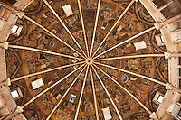 Battistero di Parma , commissionato a Benedetto Antelami, costruito tra il 1196 e il 1270 , in marmo rosa di Verona, cupola a ombrello con figure di santi