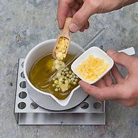 4. Schritt Nachtkerzen-Creme-selbermachen: Bienenwachs wird zum Nachtkerzenöl hinzugegeben in einen Topf, der auf einem Stövchen erwärmt wird. Nachtkerzen-Heilcreme, Nachtkerzencreme, Herstellung von Heilsalbe, Heilcreme, Kreme, Hautcreme, Creme, Salbe, Creme selbermachen aus Nachtkerzenöl, Nachtkerzentee, Lanolin und Bienenwachs, Cosmetics, cosmetics self-made, cream, crème, onguent, baume, pommade cicatrisante. Gewöhnliche Nachtkerze, Zweijährige Nachtkerze, Oenothera biennis, Common Evening Primrose, Evening-Primrose, Evening star, Sun drop, Onagre