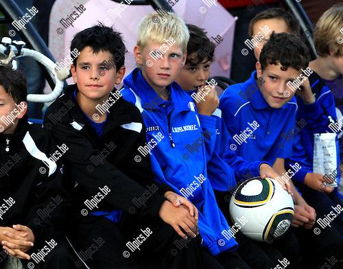 2010-08-07 / Voetbal / seizoen 2010-2011 / Fandag Rupel-Boom / Jonge fans bekijken de spelersvoorstelling..Foto: mpics