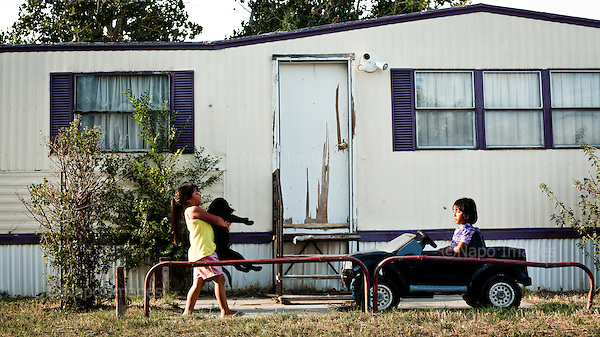 Garden City, Kansas, USA, August 2011:.View of trailer homes. Many hispanic immigrants from Mexico and Salvador live in the trailers. Most of them came here to work at Tyson meatpacking plant, which kills and processes 6 thousand cattle a day. Kansas dominates American beef industry, by producing one quarter of all beef in the USA, while being heavily dependent on cheap immigrant labour..(Photo by Piotr Malecki / Napo Images)..Garden City, Kansas, Stany Zjednoczone, Sierpien 2011:.Osiedle przyczep-domow. Duzo emigrantow z Meksyku i Salwadoru mieszka w przyczepach samochodowych, a pracuje w zakladach miesnych Tyson, ktore zabijaja i przerabiaja 6 tysiecy sztuk bydla dziennie. Stan Kansas zdominowal rynek wolowiny w Stanach Zjednoczonych, produkujac jedna czwarta calej amerykanskiej wolowiny. Amerykanski przemysl miesny jest bardzo uzalezniony od taniej sily roboczej, ktora daja emigranci..Fot: Piotr Malecki / Napo Images.